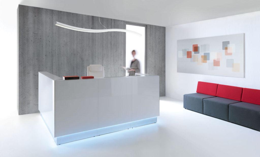 empfangstheken hochglanz personalisierte theken weis beleuchtung