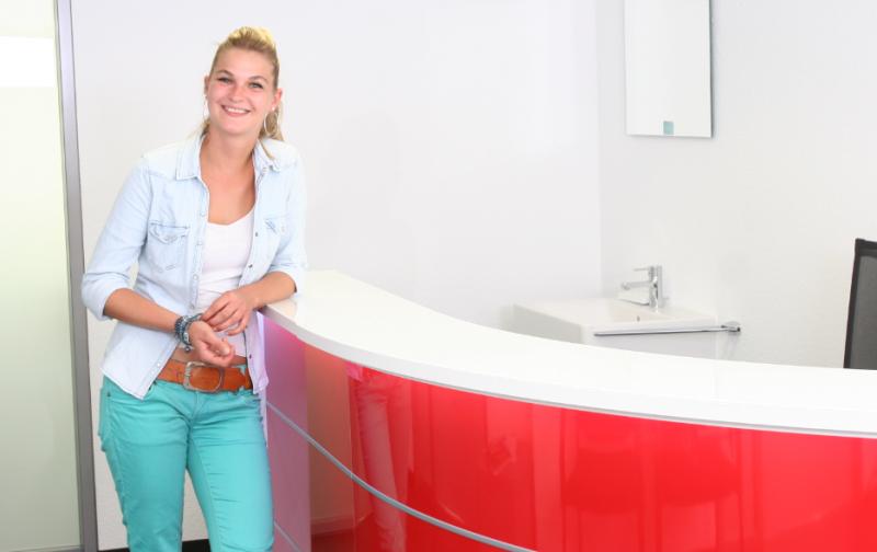 empfangstheken-referenzen-Rote-Empfangstheke-fuer-die-Physiotherapie-Kamen-details