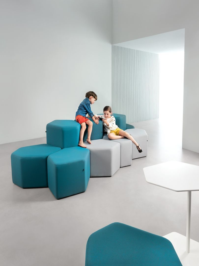 empfangstheken-sitzmoebel-lounge-museum-tuerkis-weis