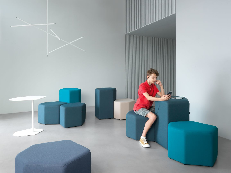 empfangstheken-sitzmoebel-lounge-museum-hellblau-tuerkis-raum