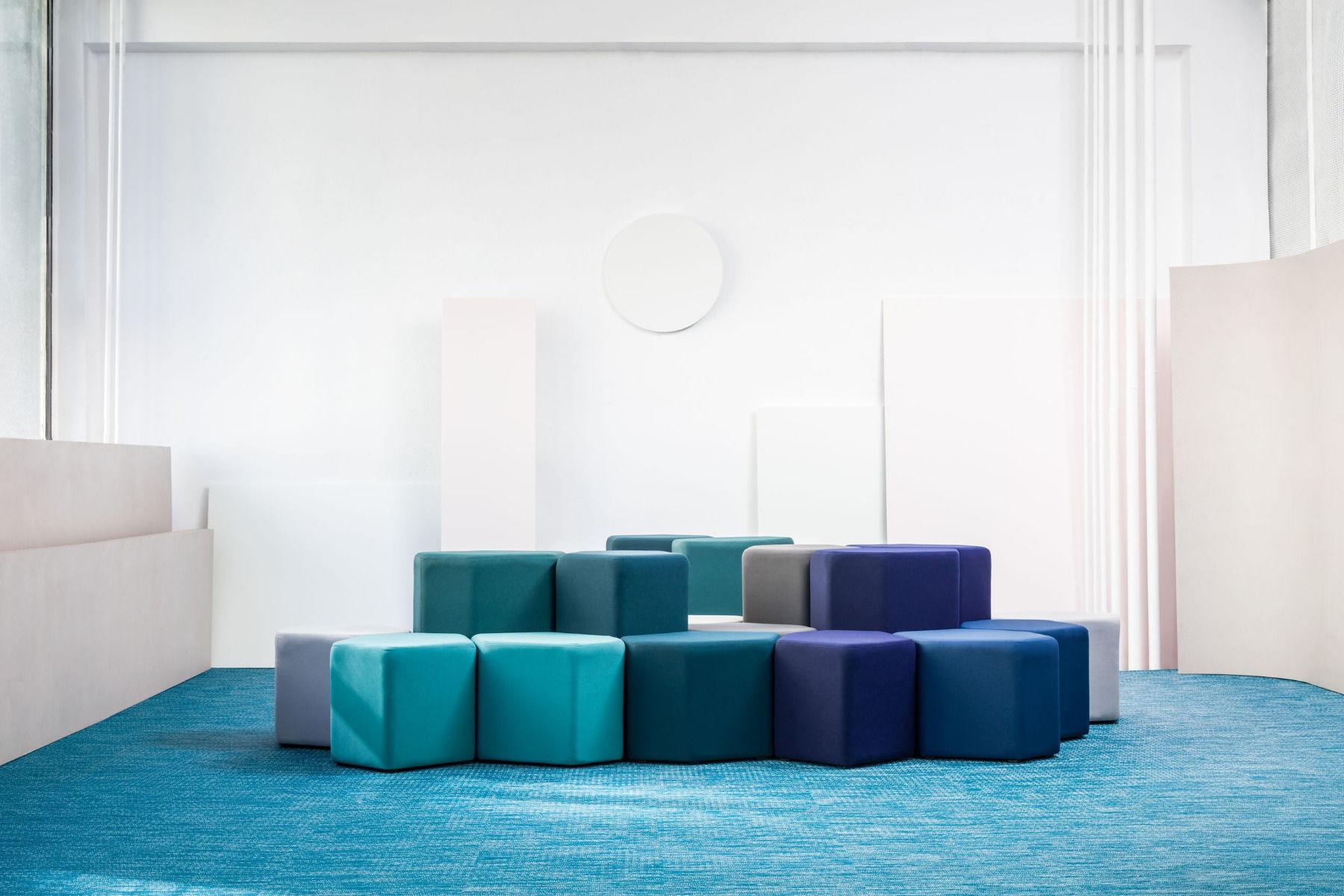 empfangstheken-sitzmoebel-lounge-museum-hellblau-lila-front