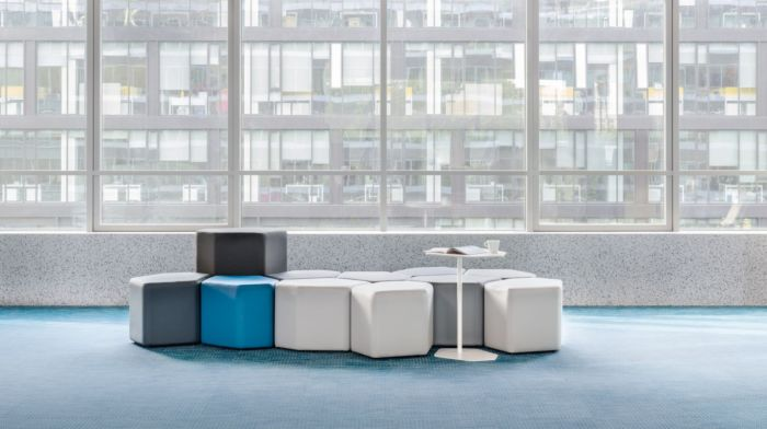 empfangstheken-sitzmoebel-lounge-museum-weis-hellblau-schwarz-front