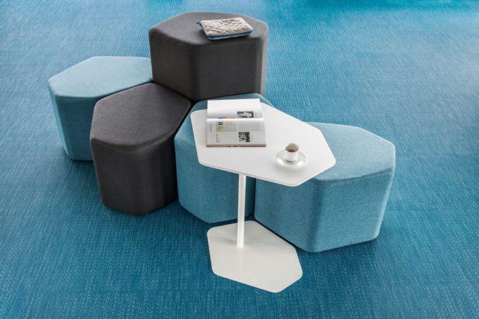 empfangstheken-sitzmoebel-lounge-museum-hellblau-schwarz