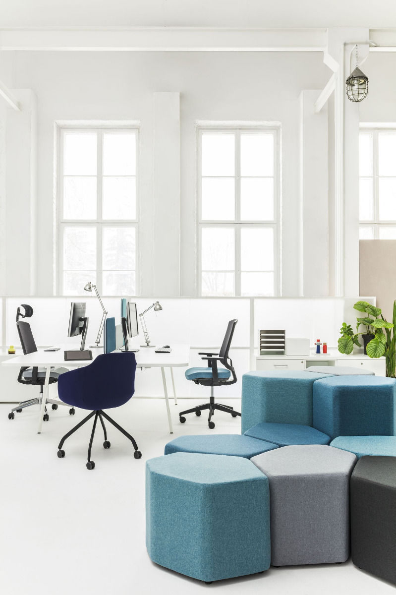 empfangstheken-sitzmoebel-lounge-museum-blau-sitzraum